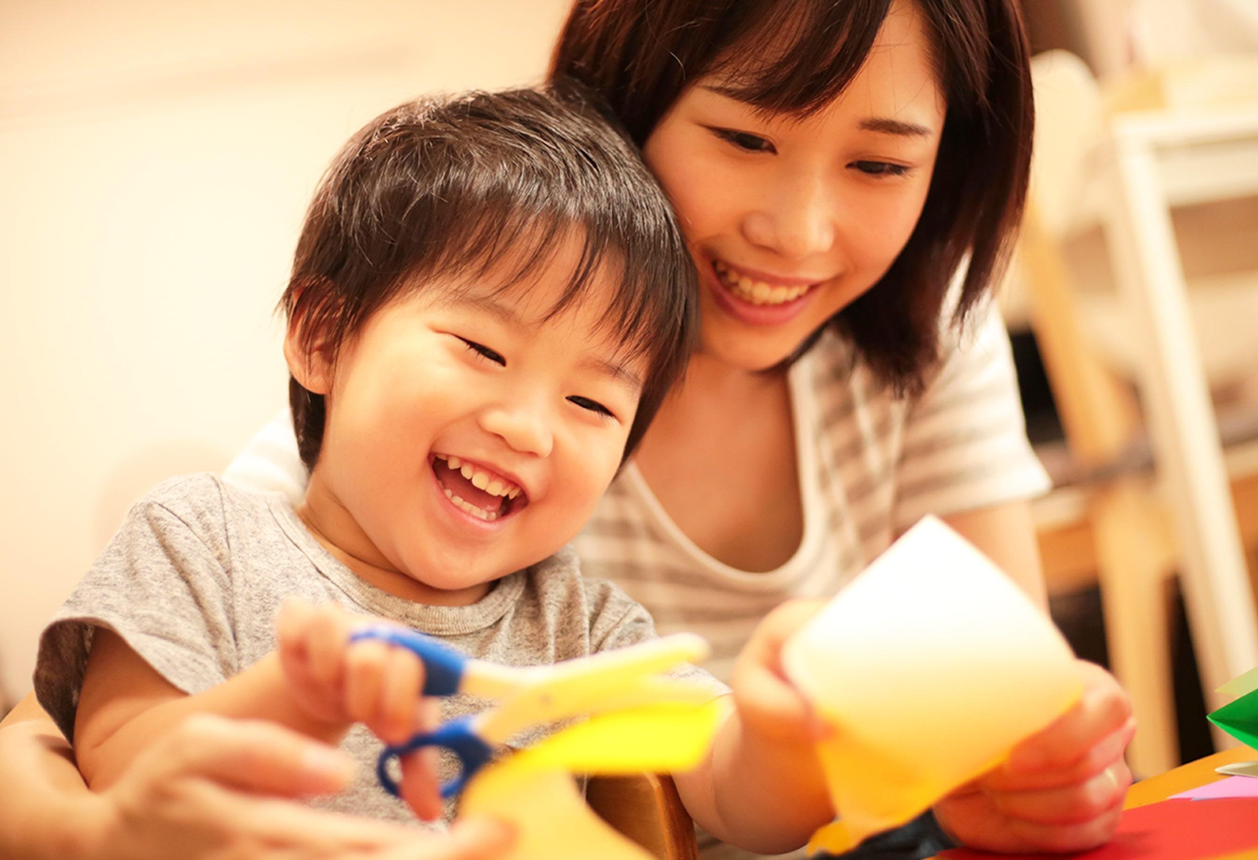 イメージ写真:家で工作する親子
